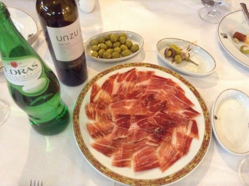 ドングリ(bellota)で育った黒豚のハモン・デ・ハブゴ(jamón de jabugo)は、いつもどおり、最高の味でした!